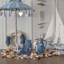 Dit leuke blauwe tafelparasolletje kan binnen en buiten gebruikt worden. Buiten zet je hem op een tafel in je tuin of op je balkon. Naast de leuke sfeer die de blauwe tafelparasol met zich mee brengt, biedt hij ook nog schaduw voor de drankjes en hapjes op tafel. Een echte win win situatie dus. Binnenshuis staat een blauwe tafelparasol natuurlijk ook prachtig. Je zet hem op de salontafel, dressoir of op een mooie gedekte tafel. Natuurlijk kan je hem leuk ook combineren met andere blauwe woonaccessoires.