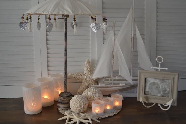 Dit leuke witte tafelparasolletje kan binnen en buiten gebruikt worden. Buiten zet je hem op een tafel in je tuin of op je balkon. Naast de leuke sfeer die de witte tafelparasol met zich mee brengt, biedt hij ook nog schaduw voor de drankjes en hapjes op tafel. Een echte win win situatie dus. Binnenshuis staat een witte tafelparasol natuurlijk ook prachtig. Je zet hem op de salontafel, dressoir of op een mooie gedekte tafel. Natuurlijk kan je hem leuk ook combineren met andere witte woonaccessoires.