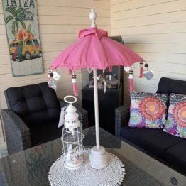 Dit leuke roze tafelparasolletje kan binnen en buiten gebruikt worden. Buiten zet je hem op een tafel in je tuin of op je balkon. Naast de leuke sfeer die de roze tafelparasol met zich mee brengt, biedt hij ook nog schaduw voor de drankjes en hapjes op tafel. Een echte win win situatie dus. Binnenshuis staat een roze tafelparasol natuurlijk ook prachtig. Je zet hem op de salontafel, dressoir of op een mooie gedekte tafel. Natuurlijk kan je hem leuk ook combineren met andere roze woonaccessoires.